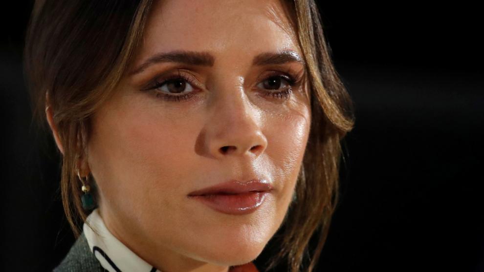 Victoria Beckham, incluso en sus días de oficina, se maquilla los...