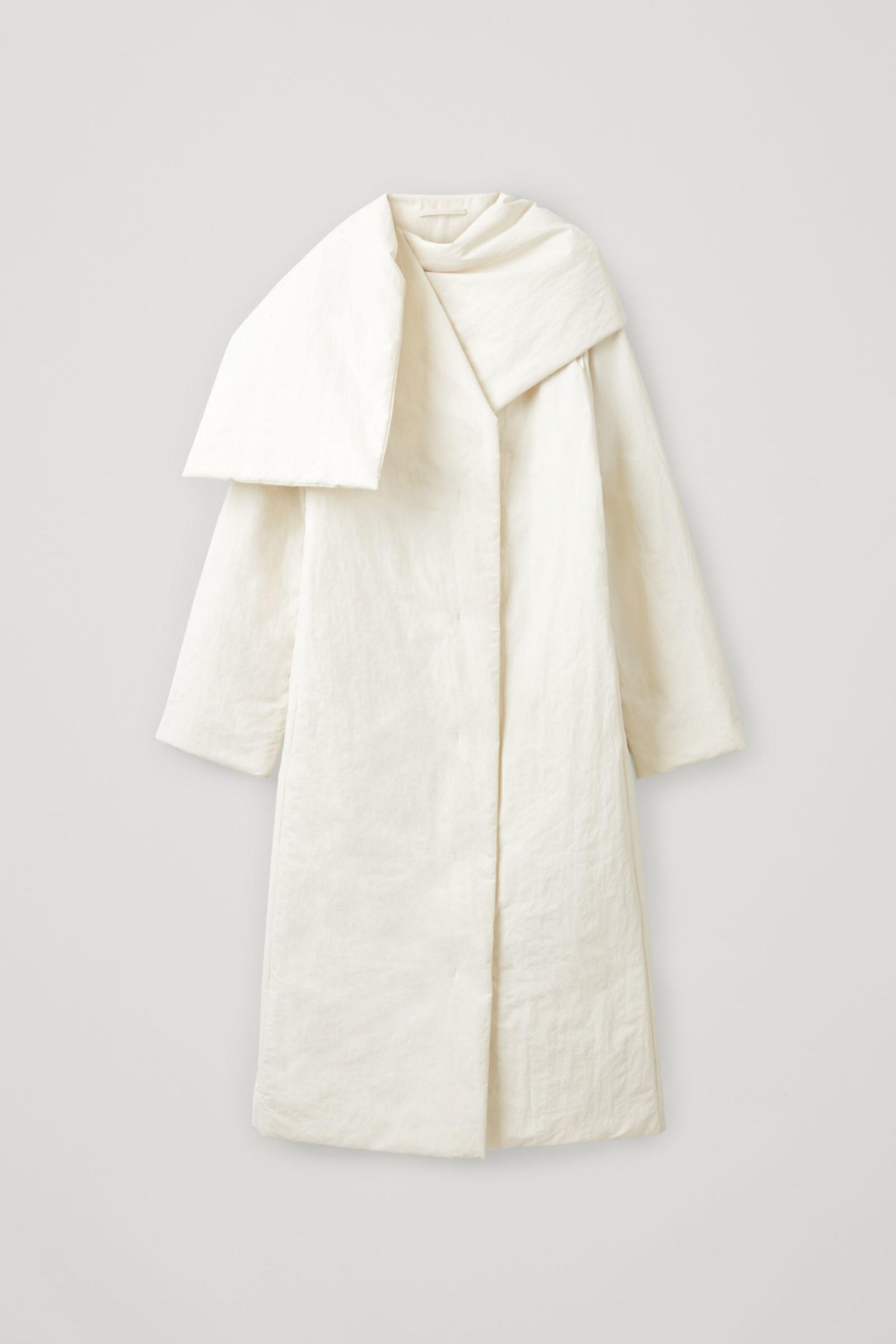 Abrigo con cuello tipo wrap de COS