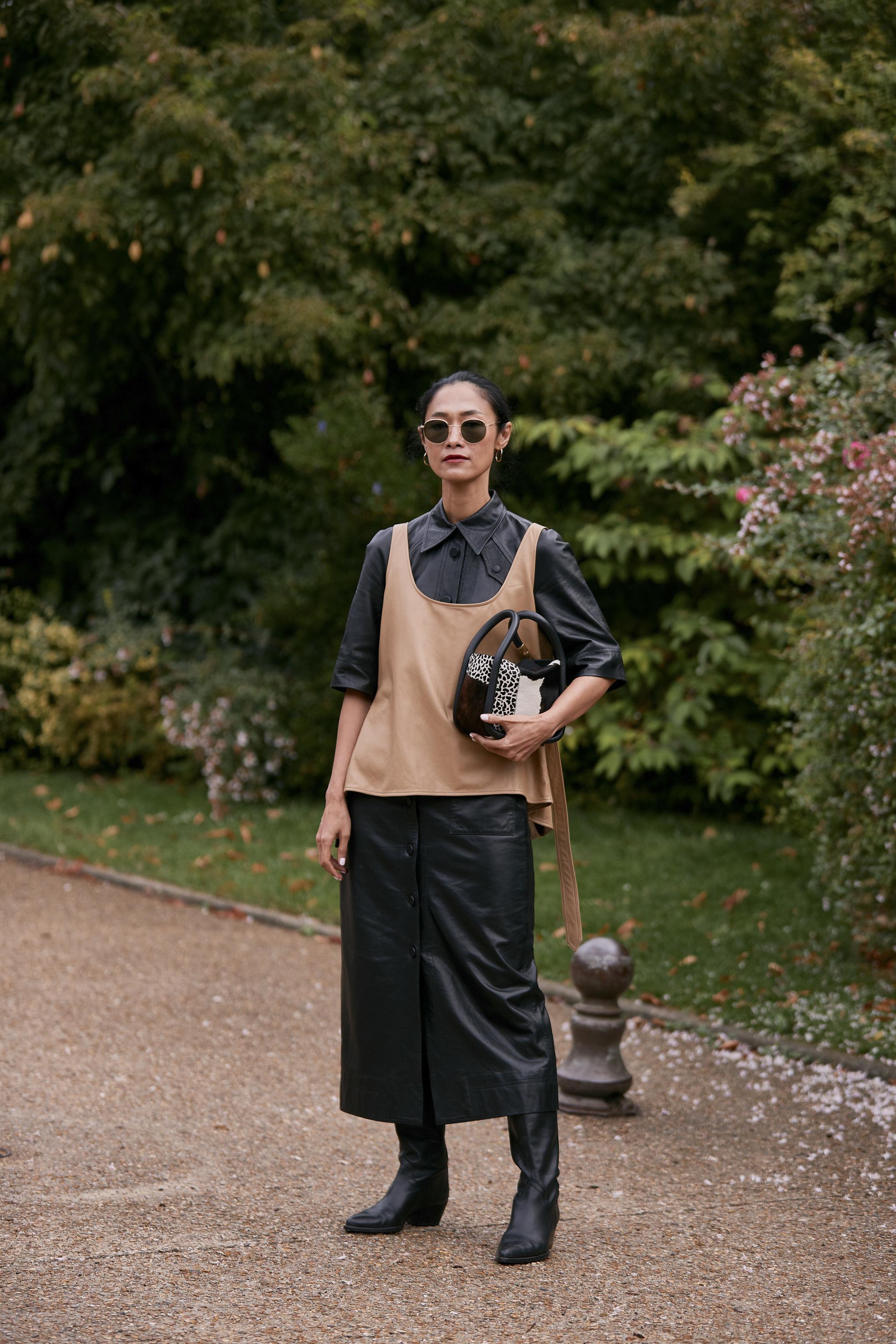 Falda midi y botas negras, el toque sexy del look