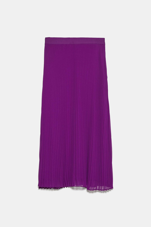 Falda plisada en color morado de Zara