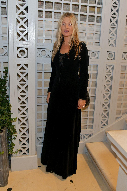 Kate Moss enfundada en un vestido negro.