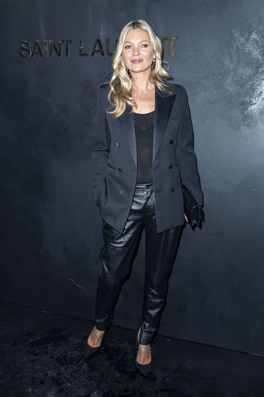 Kate Moss con un esmoquin negro.