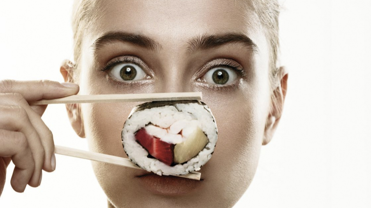 El sushi en plato se llama poke bowl.
