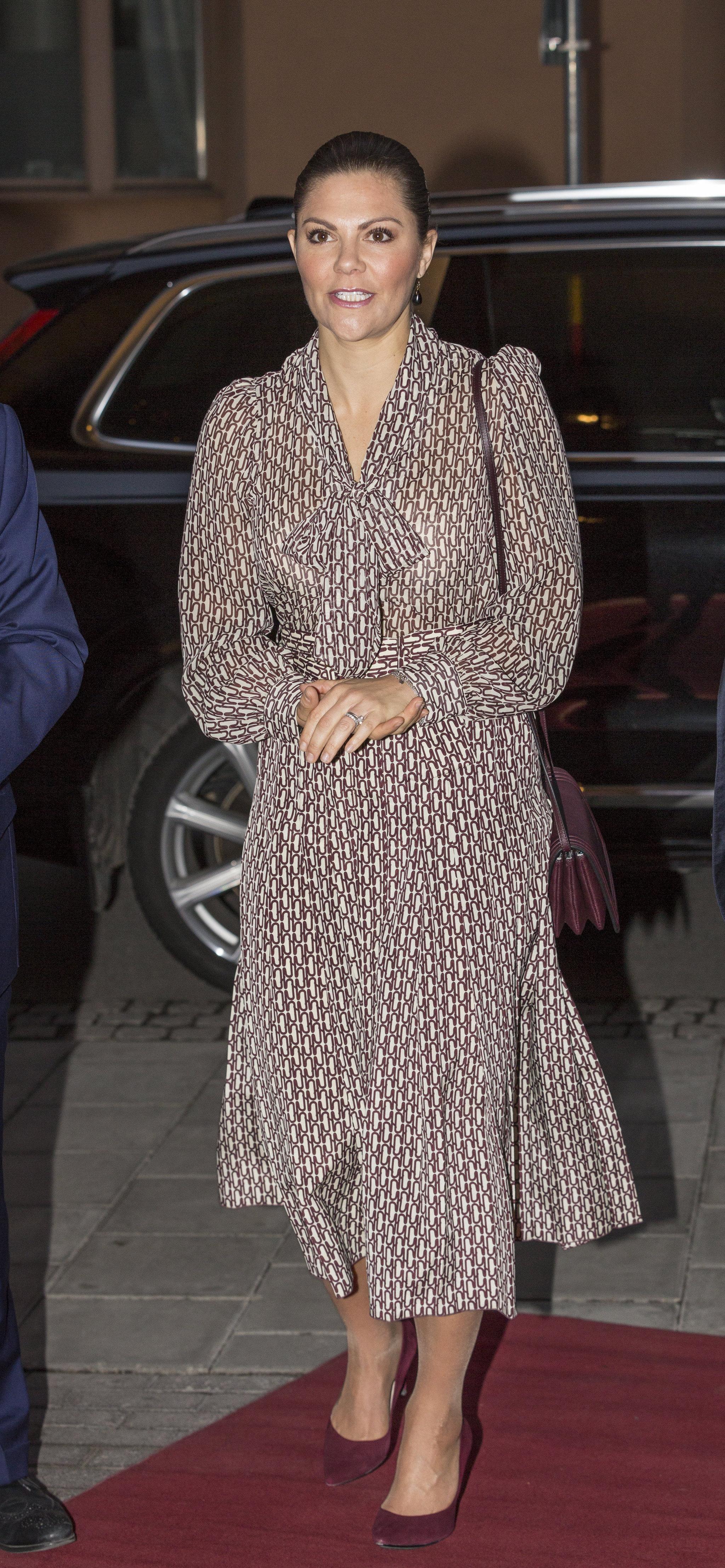 Victoria de Suecia con vestido estampado de Zara.