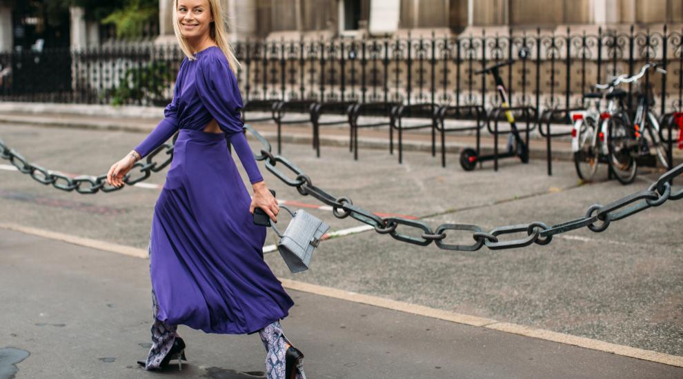 Thora Valdimars luciendo un vestido satinado por las calles de París.