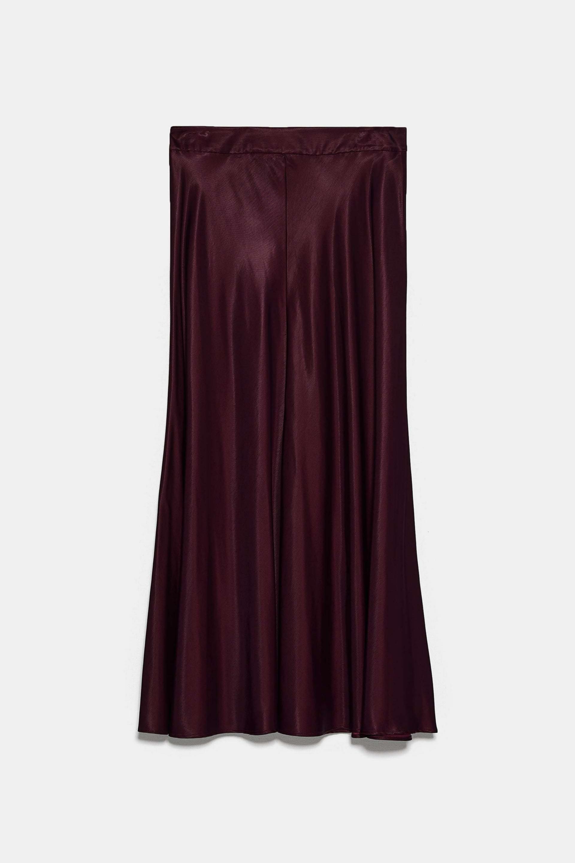 Falda satinada en color granate de Zara (29,95¤)