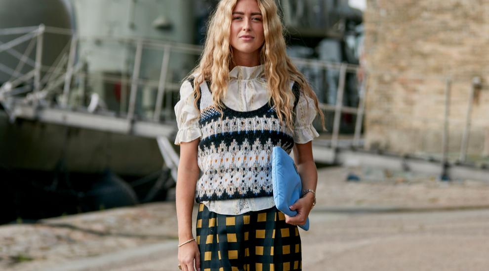 Emili Sindlev con el chaleco de lana que se ha convertido en tendencia...