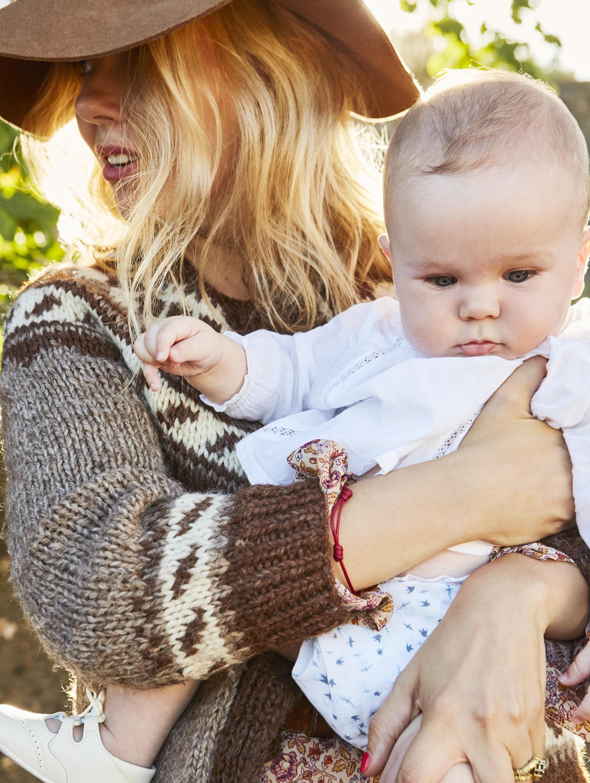 Cristina Oria junto a su hijo pequeño.