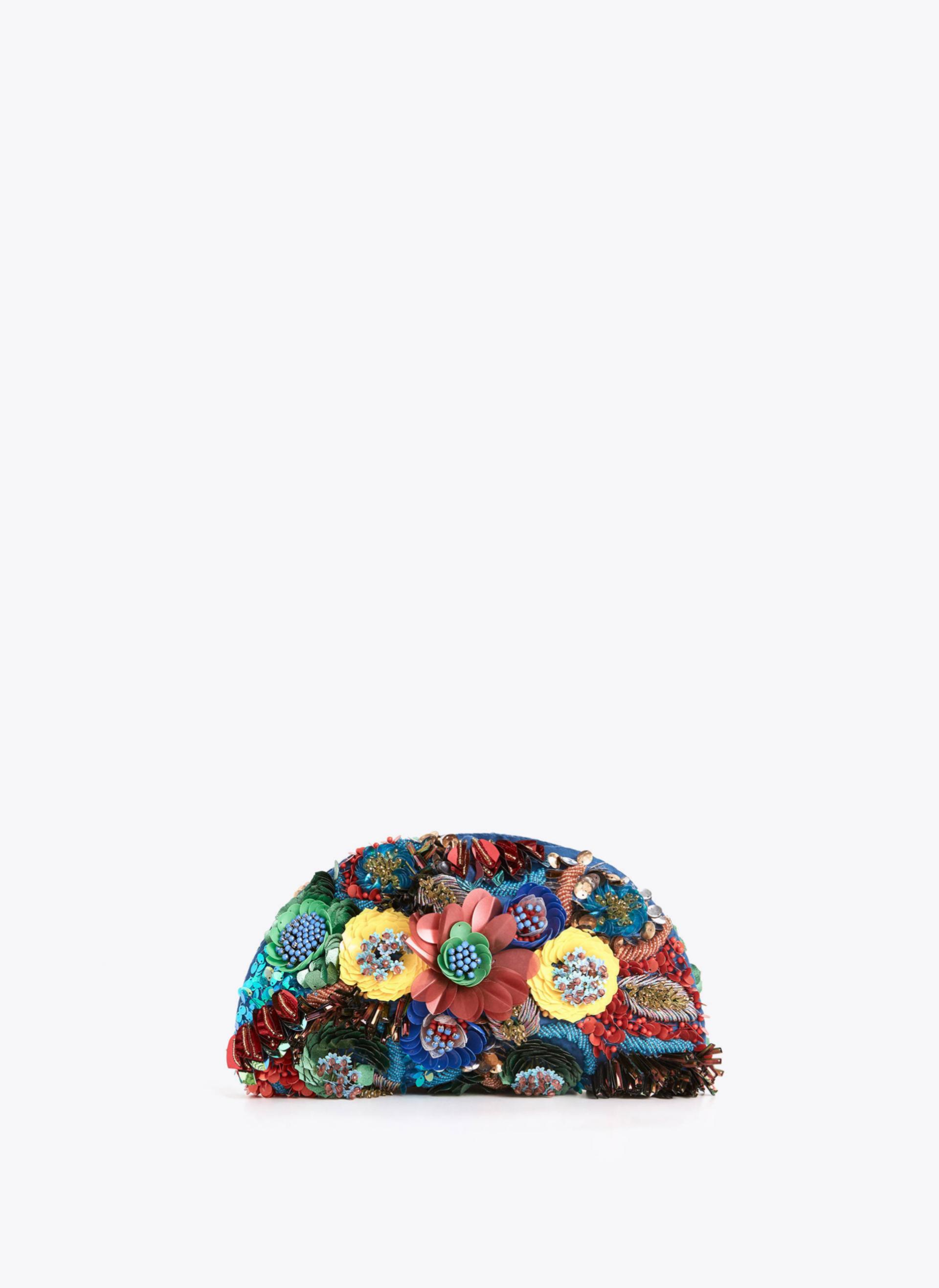 Clutch con flores bordadas y XL de Uterqüe (89¤)