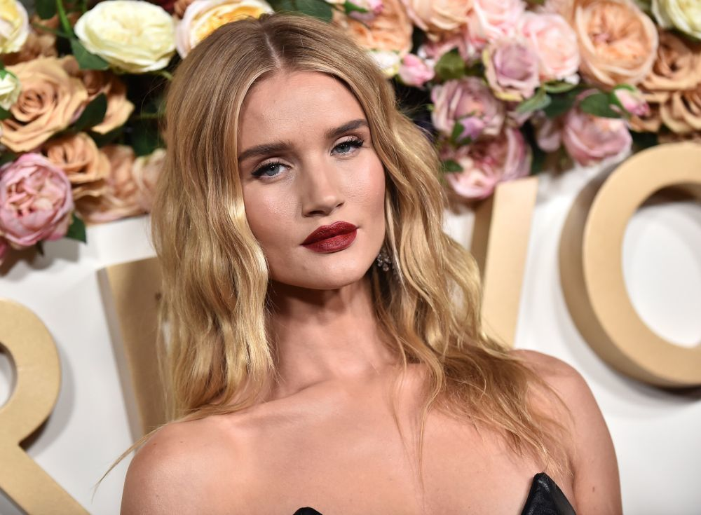 Rosie Huntington Whiteley con capas invisibles sobre su melena larga...