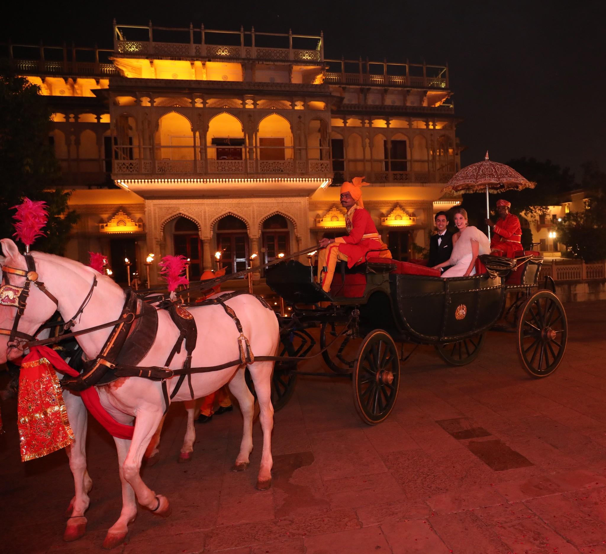 Los novios hacen su entrada en carroza al imponente City Palace, la...