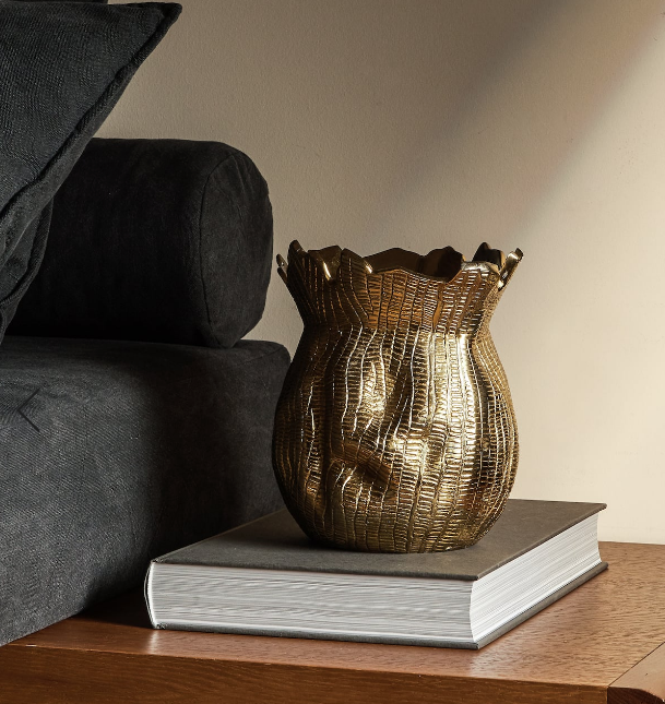 Jarrón dorado con acabado envejecido. 39,99 euros en Zara Home.