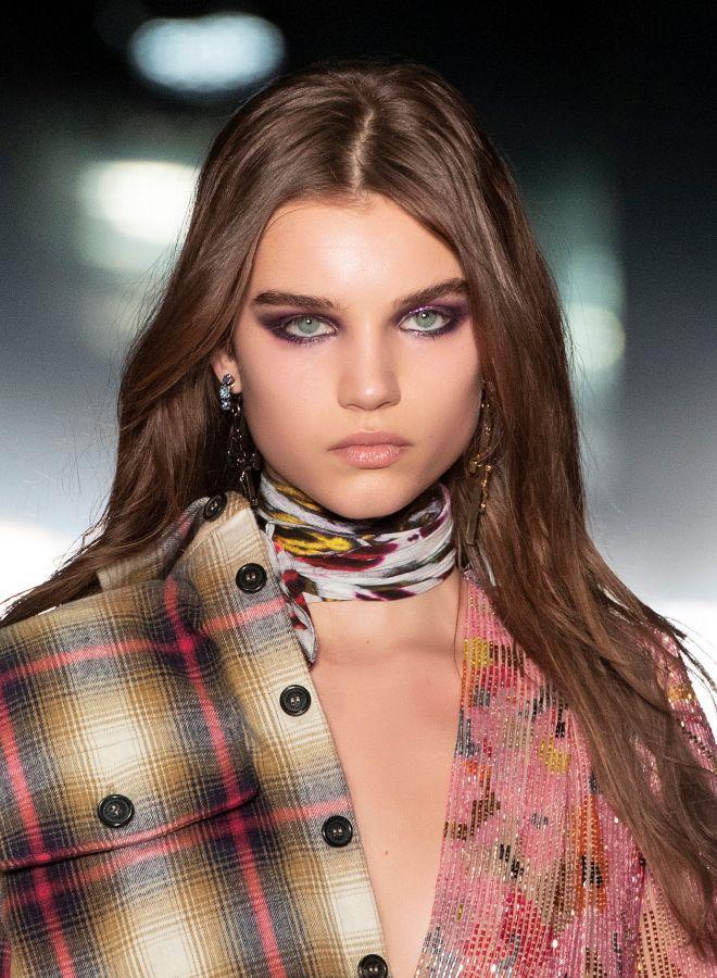 En la pasarela otoño-invierno 2019 de Dsquared2 triunfó el ahumado de ojos con un toque glitter.