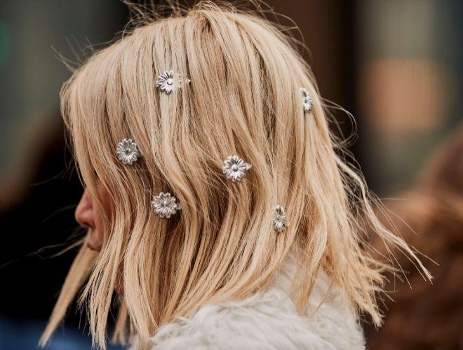 El street style recomienda que dejes volar tu imaginación al usar accesorios joya en tu cabellera.