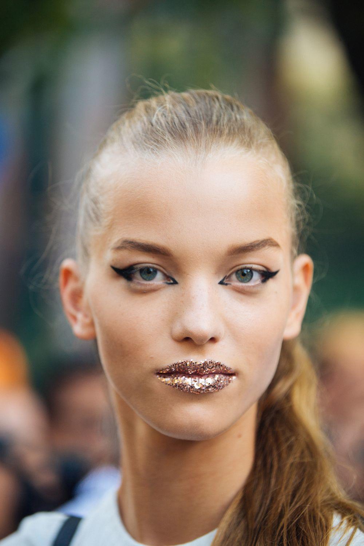 Los labios purpurina o glitter lips se convierten en protagonistas del maquillaje de labios de esta temporada para sorprender en los días de fiesta y de Navidad.