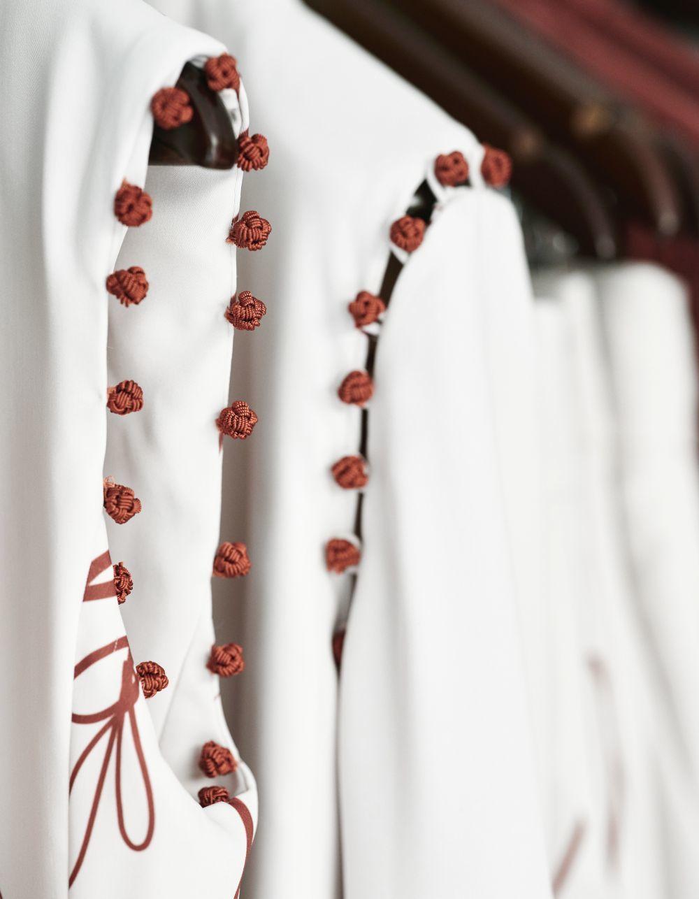 Detalle de un camisa de la colección de VienSo, con mangas desmontables.