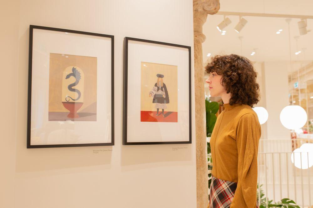 Brianda Fitz-James Stuart frente a dos de sus obras expuestas en el...