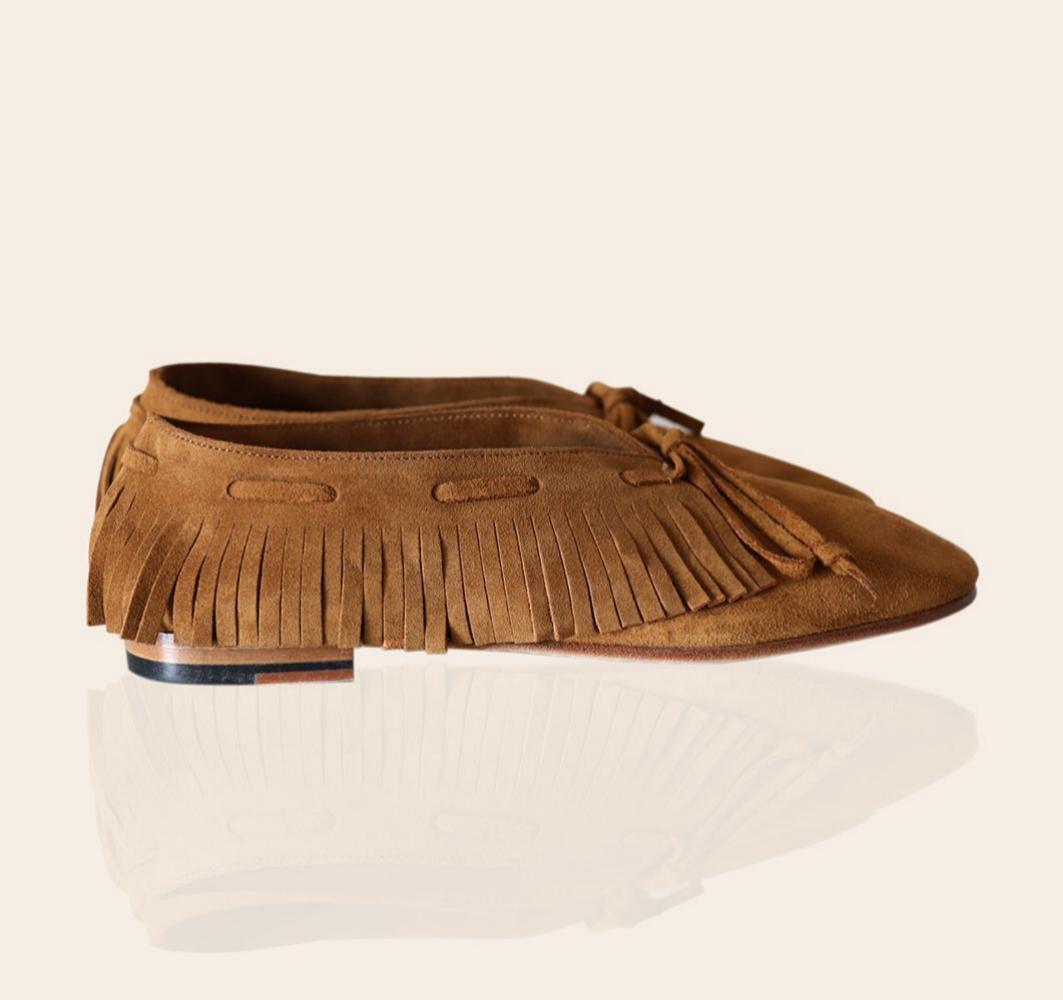 Zapato plano de ante con flecos en color caramelo de Batana (149¤)