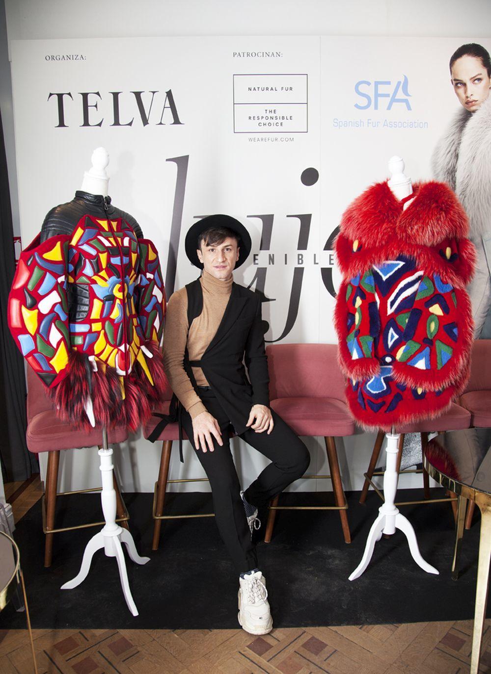 Hüseyin Özer con dos de sus diseños premiados con el segundo Premio...