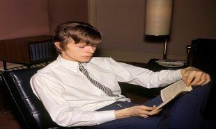 David Bowie leyendo, 1966.