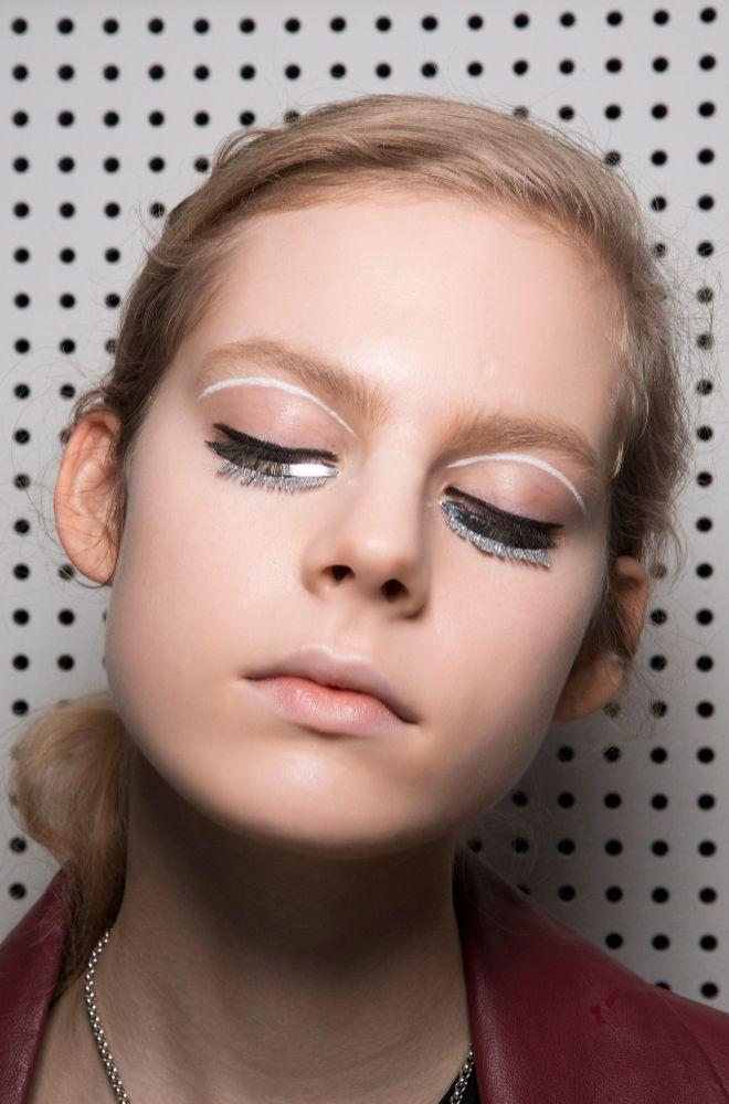 Giambattista Valli optó por un maquillaje de ojos con aires futuristas y a dos tonos.