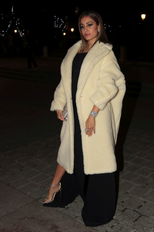 Hiba Abouk, con vestido de Juanjo Oliva y abrigo blanco.