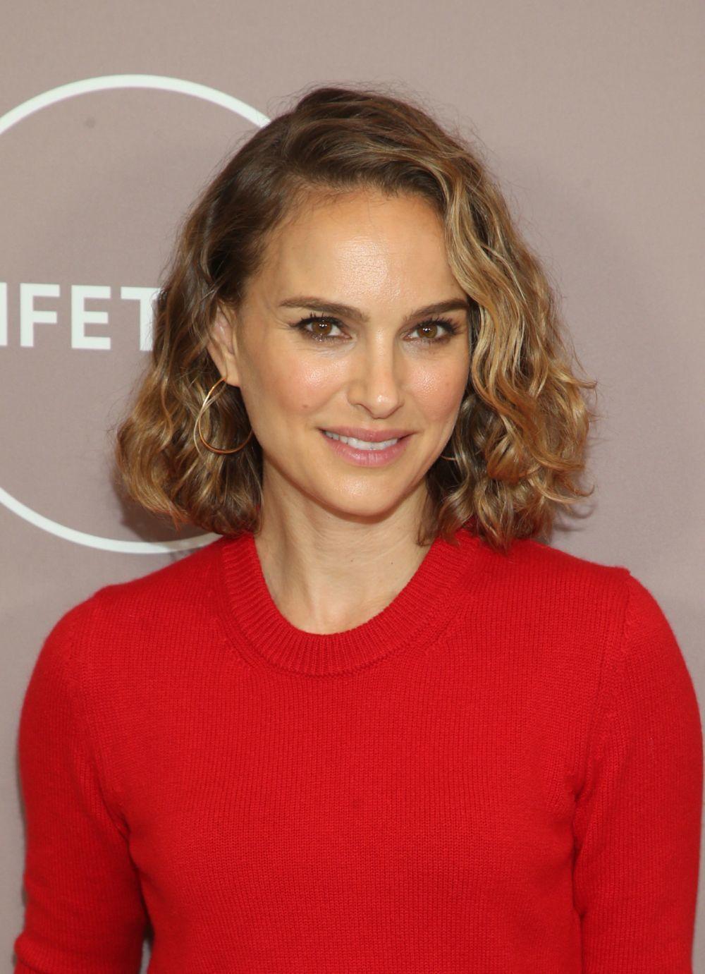 Natalie Portman con el color smoky gold con sus ondas naturales por lo...