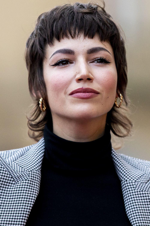 La actriz Úrsula Corberó sabe llevar el corte pixie de mil formas porque es un corte que siempre puedes trabajar con ayuda de tus manos y dejar secar al aire libre.