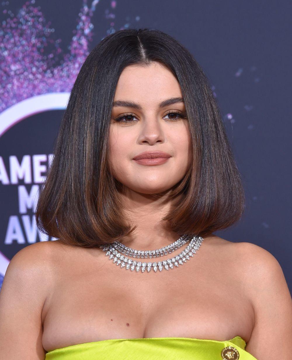 Selena Gomez con un long bob largo y de una pieza muy cómodo de peinar.