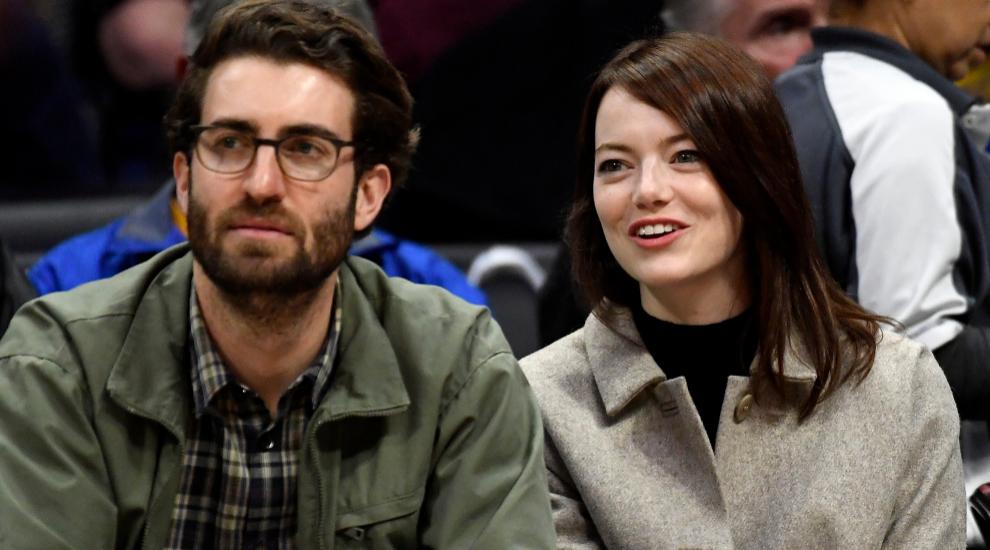 Emma Stone y su novio Dave McCary, en un partido de baloncesto en el...