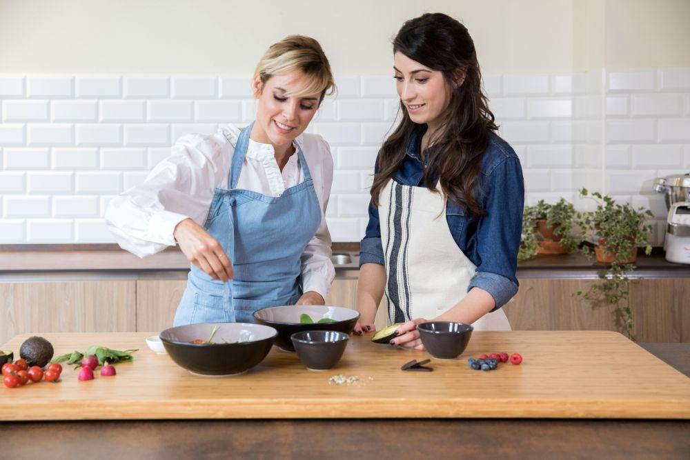 La actriz y la nutricionista preparan un menú saludable