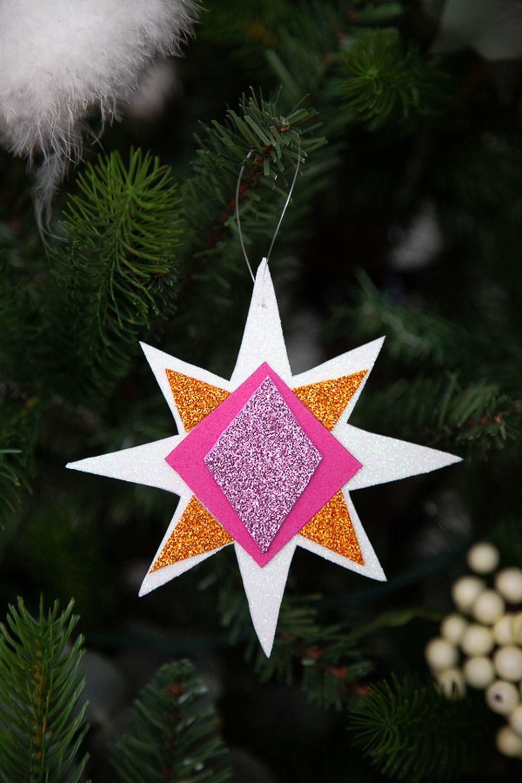 """""""Cada año nuestro árbol tiene elementos distintos: lazos que hacemos con las cintas, adornos inventados por nosotros, siempre con formas geométricas y hechos a base de papeles, telas o gomas que se pintan y pegan"""""""