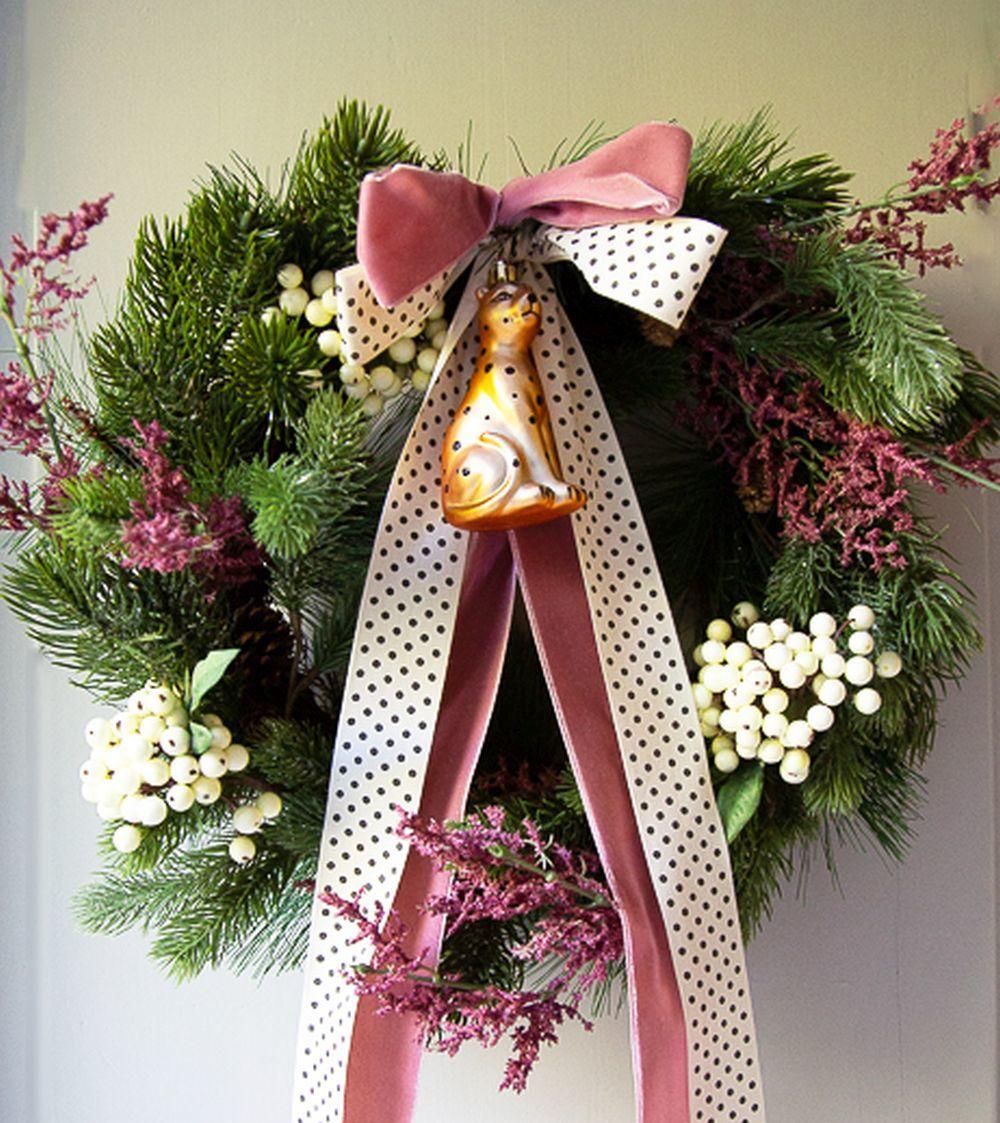 El rosa es su color fetiche y no puede faltar en la decoración navideña.