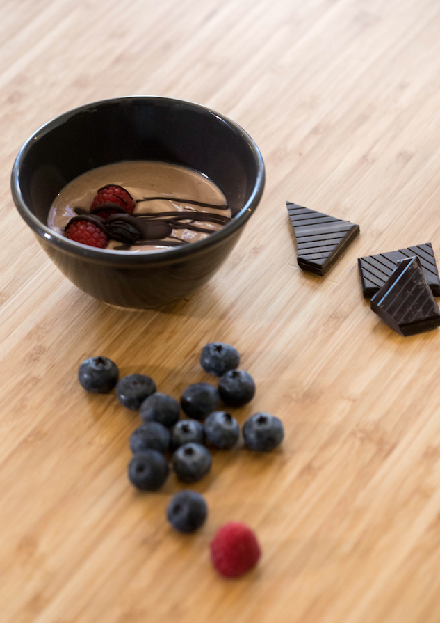 Yogur con cacao, esencia de vainilla y frutos rojos.