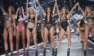 Las modelos Taylor Hill, left, Jasmine Tookes, Elsa Hosk, Adriana...