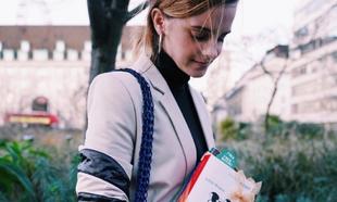 Emma Watson está escondiendo libros de <em>Mujercitas</em> para...