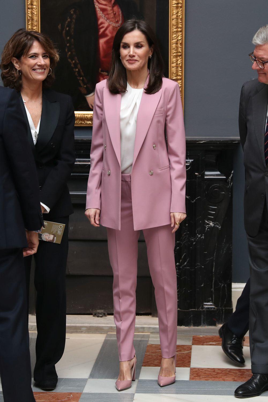 La reina Letizia con un traje rosa