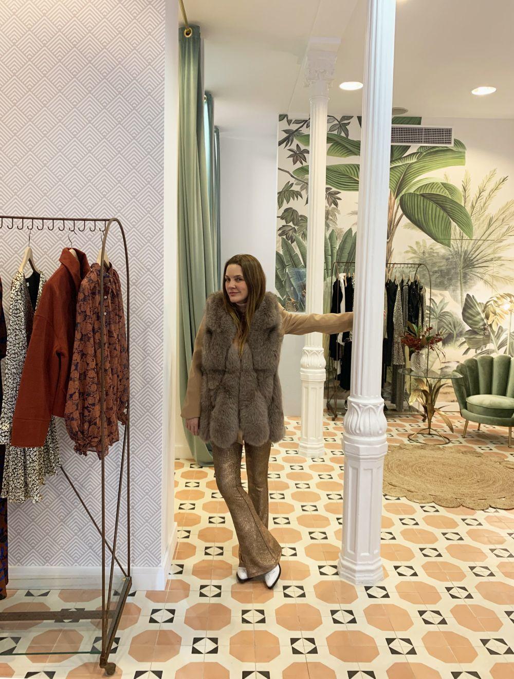 Beatriz Nicolás con uno de los abrigos de pelo, best seller de su tienda Beni Room.