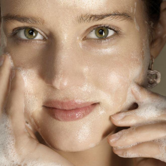 Los bálsamos limpiadores también pueden usarse para desmaquillar los ojos