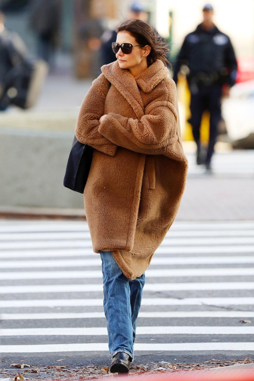 Así lleva el abrigo de pelo Katie Holmes.