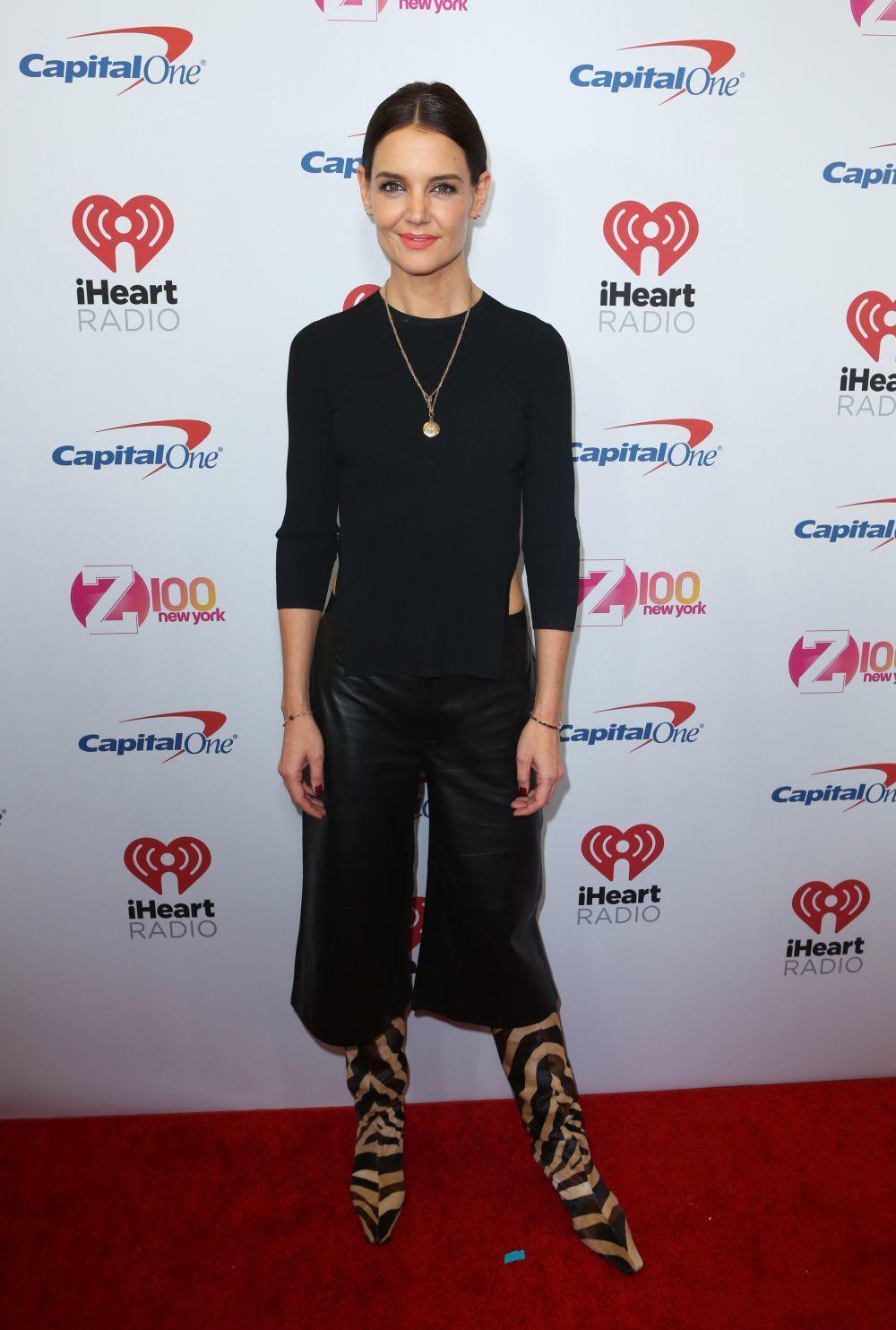 Katie Holmes se atreve con las botas de cebra.