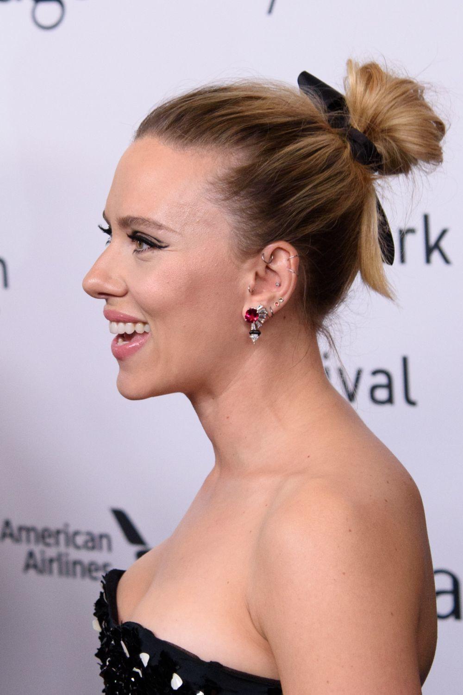 Scarlett Johansson con un recogido alto cuidadosamente despeinado con lazo de terciopelo.