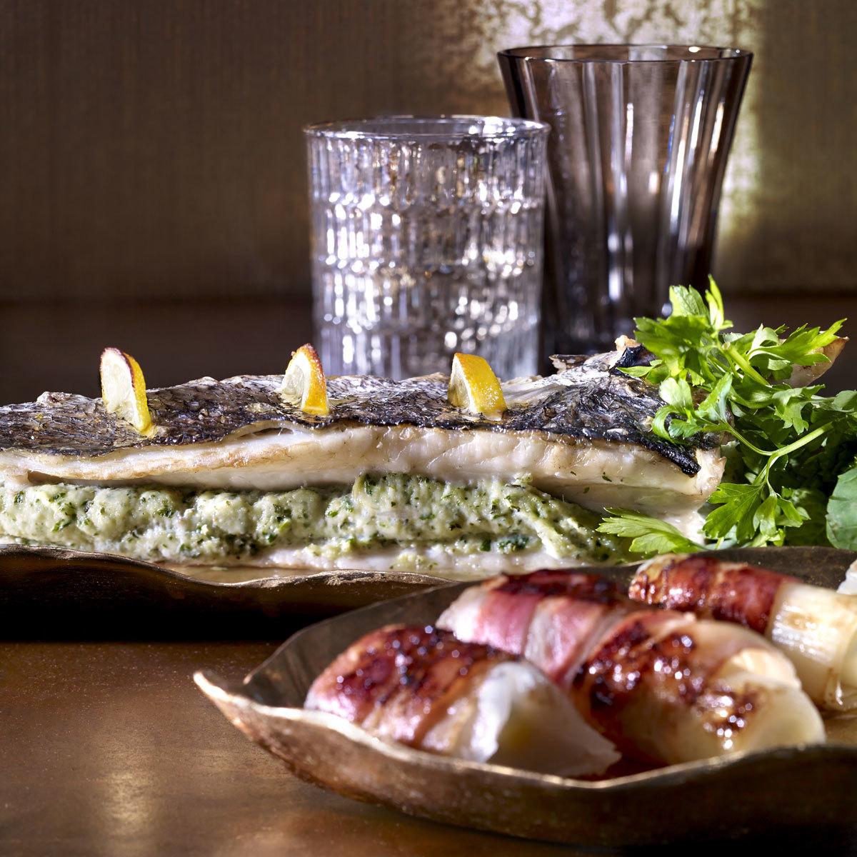 Lubina rellena de hierbas con puerros y verduras