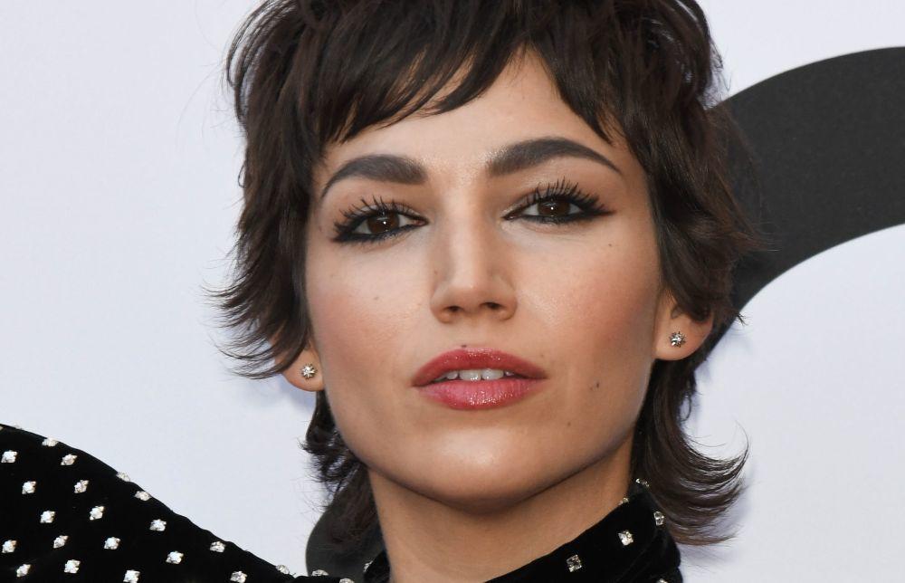 Úrsula Corberó arriesga y gana con un eyeliner en el párpado fijo de sus ojos para lograr un efecto ojos más grandes y mirada multidimensional.