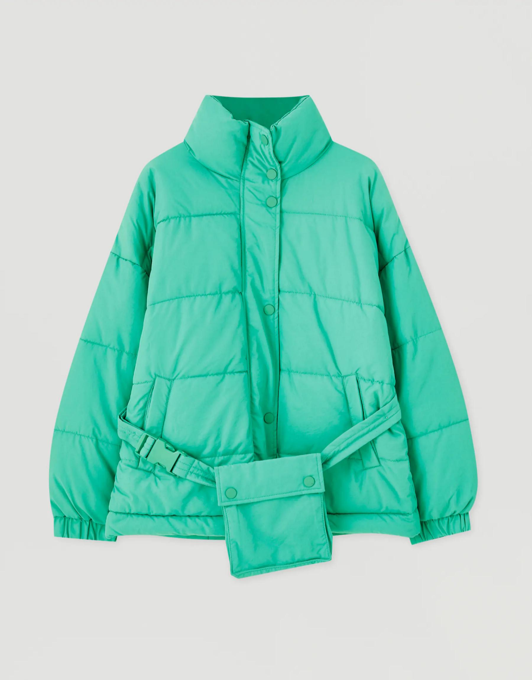 Plumífero con cinturón en color verde de Pull & Bear (45,99¤)