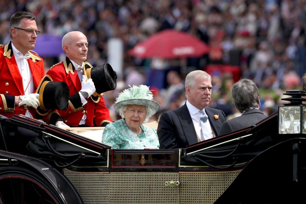 El príncipe Andrés con Isabel II.