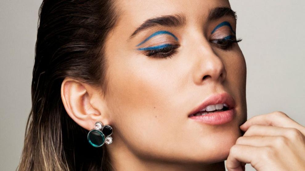 María Pombo luciendo un eyeliner azul turquesa doble a ras de...