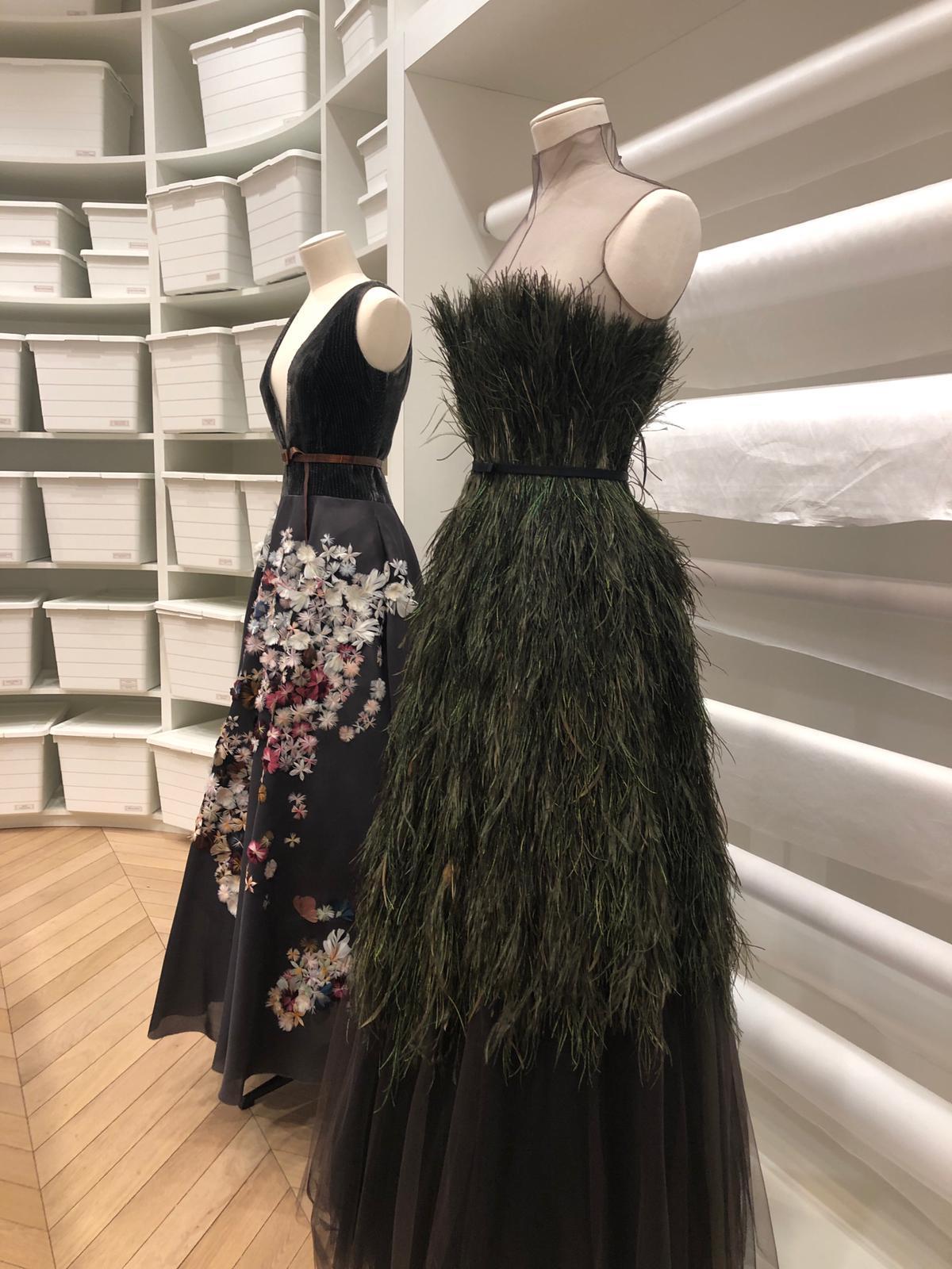 Vestidos de las últimas colecciones de Dior listos para pasar a conservación.