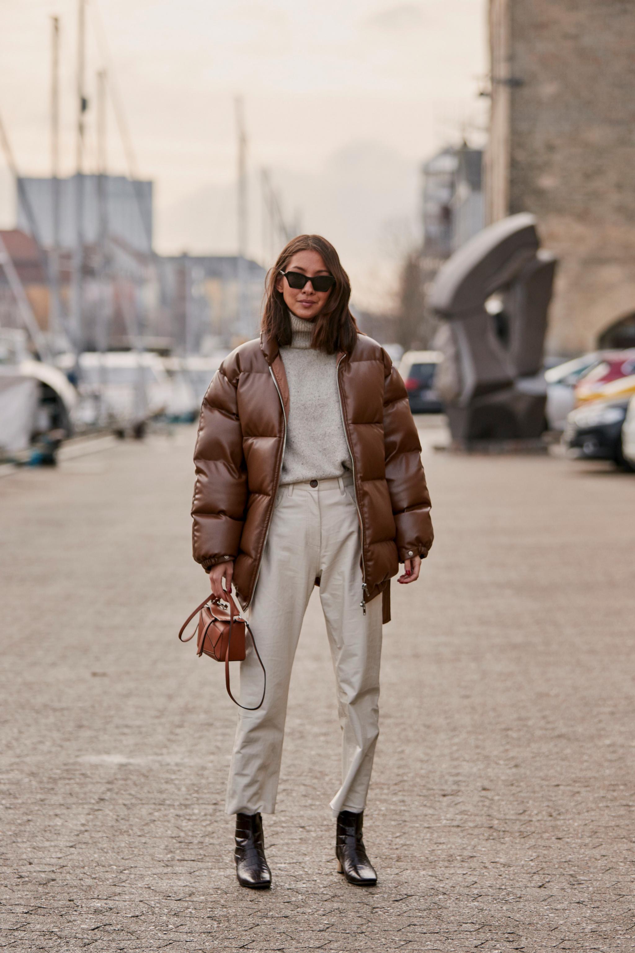 Los plumíferos y abrigos en tonos marrones se combinan mejor con...