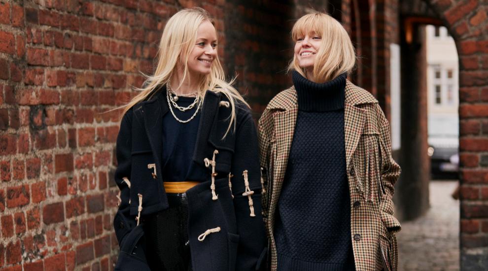 Thora Valdimars y Jeanette Madsen en Copenhague, ambas vestidas de...